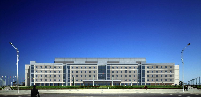 现代多层政府办公楼